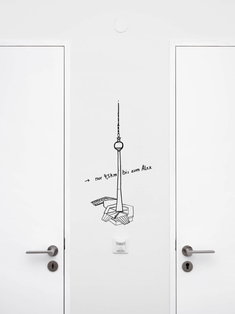 Illustation des Fernsehturms an Wand in Galerie